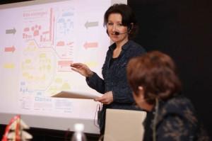 Marion Voigt und im Hintergrund Infografik zu Buch und Buchhandel in Zahlen, 2013