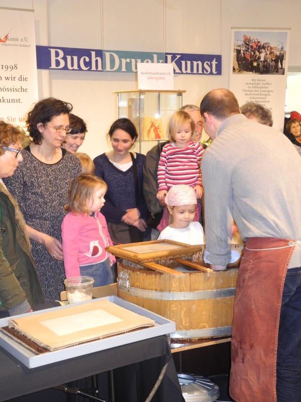 Papiermacher Johannes Follmer beim Schöpfen aus der Bütte. Foto: Ralf Uschkereit.