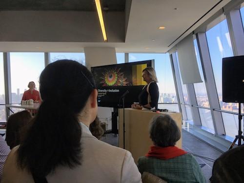 Anka Wittenberg spricht zum Publikum vor einer tollen Aussicht.