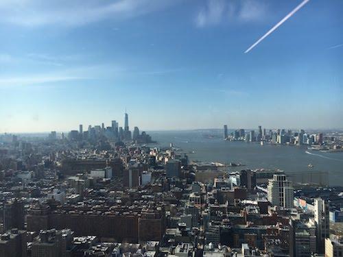 Fensterausblick über Manhattan mit blauem Himmel.