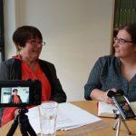 Das Bild zeigt Birgit Dankert (links) und Jana Stahl (rechts) im Gespräch.
