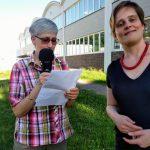 Zwei Frauen zu sehen: Susanne Martin, links, mit einem Mikrofon und Unterlagen, daneben Martina Bergmann, rechts.