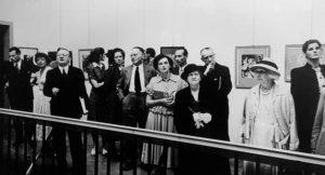 Eine Besuchergruppe in der Ausstellungseröffnung.