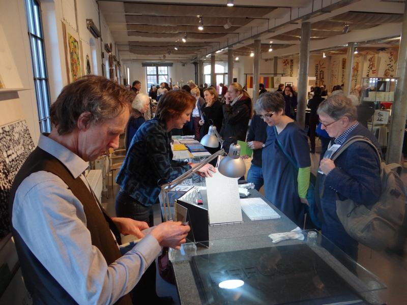 Buchkünstlerin Tina Flau präsentiert ihre Werke. Foto: Ralf Uschkereit.