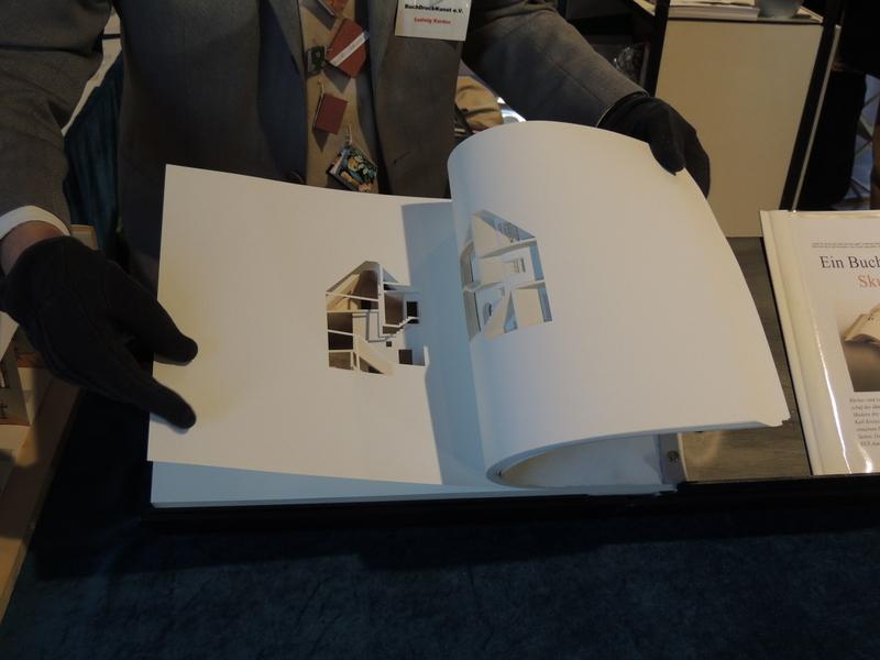 Buchskulptur von Olafur Eliasson. Foto: Ralf Uschkereit.