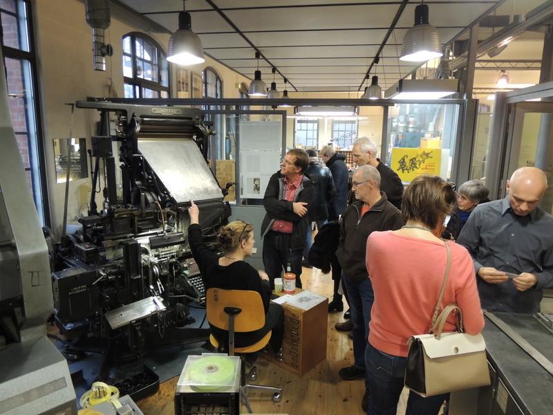 Druckerin Anne von Karstedt erläutert eine Maschine der historischen Druckwerkstatt im Hamburger Museum der Arbeit. Foto: Ralf Uschkereit.