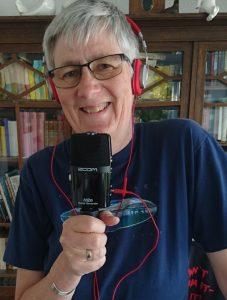 Susanne Martin mit Kopfhörern und Mikrofon