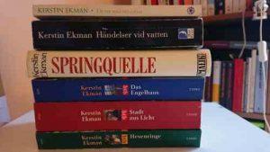 Das Bild zeigt einen Stapel Bücher von Kerstin Ekman.