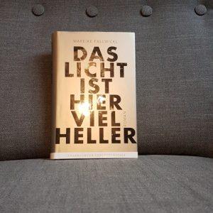 """Ansicht des Buchcovers von """"Das Licht ist hier viel heller"""" von Mareike Fallwickl."""