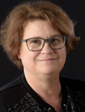 Zu sehen ist die Autorin Susanne Konrad, mit Brille