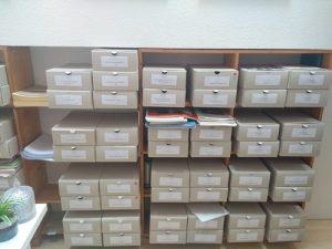 Viele graue Archivboxen.