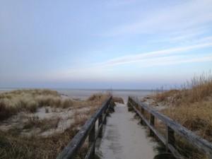 Sandiger Brückenweg zum Meer.