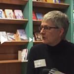 Zu sehen ist Susanne Martin beim Interview in der Schiller Buchhandlung.