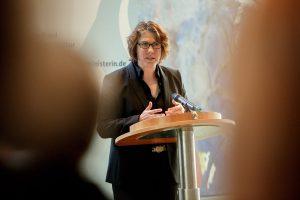 """Nina George, Schriftstellerin und Journalistin, spricht bei der Präsentation der Studie """"Frauen in Kultur und Medien"""" 2016 im Bundeskanzleramt am 28. Juni 2016 in Berlin. Foto: Bundesregierung/Carsten Koall"""