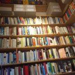 gefülltes Buchregal bis unters Dach der Bibliothek