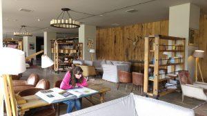 Die Autorin beim Schmökern im Hotel in Stepandzminda (Kasbek)