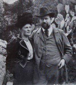 Das Schwarz-weiß-Bild zeigt Marianne Weber (links) und Max Weber (rechts).