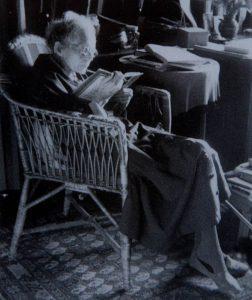Hier sieht man Marie Baum als alte Frau, lesend in einem Sessel.