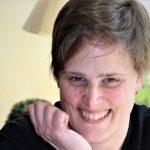 Zu sehen ist Martina Bergmann, lachend, mit kurzen Haaren
