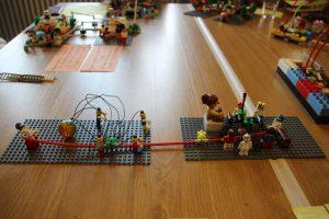 Tischfläche mit Legofiguren. Foto von Susanne Martin.