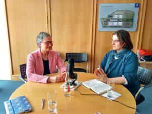 Zu sehen: Ruth Justen und Jana Stahl im Podcastgespräch.