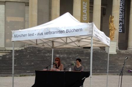 Vorlesen aus verbrannten Büchern auf dem Münchner Königsplatz. Foto: Schubert.