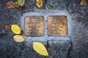 Das Bild zeigt die zwei Stolpersteine für Anna und Klara Hamburger.