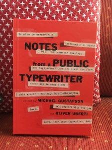 Zu sehen ist ein rotes Buchcover mit maschinegetippten Sprüchen.