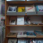 Ein Regal mit Zeitschriften, auch ein BücherFrauen-Magazin darunter