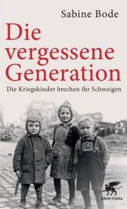 Das Cover zeigt drei kleine Kinder vor einer Kriegsruine.