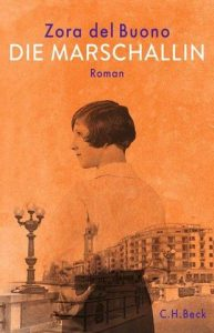 Das Cover zeigt eine Frau vom Anfang des 20. Jahrhunderts vor einem Gebäudekomplex und einer Straßenlaterne, Farbe Orange.