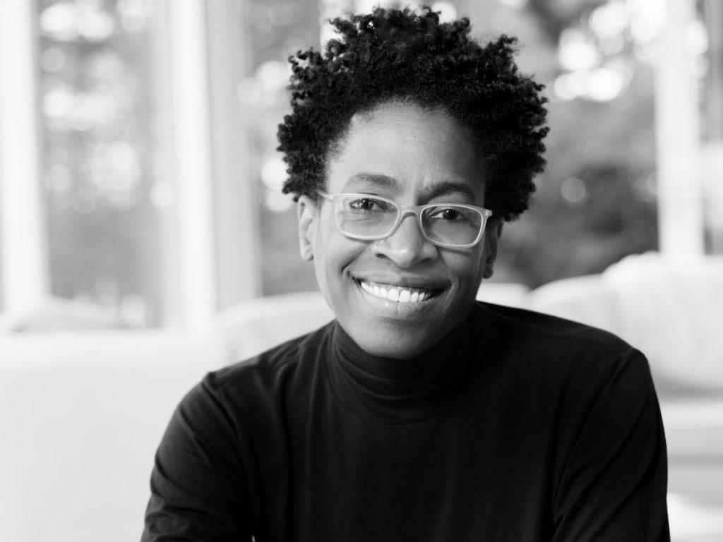 Auf dem Foto ist die Gewinnerin des ALMA-Awards 2018, Jaqueline Woodson, zu sehen.
